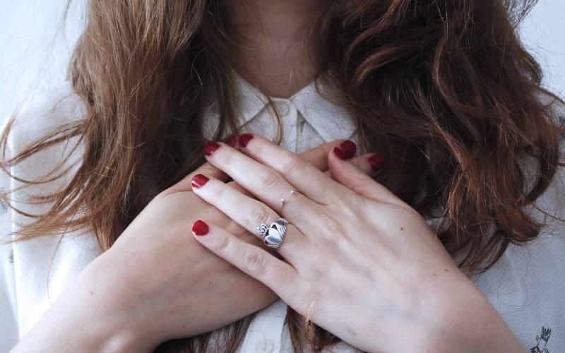 Frau mit dem berühmten Claddagh-Ring